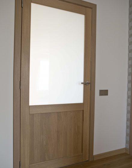 Medinės ąžuolinės masyvo durys: modeliai D2F ir D2F1S, spalva Pilka 3417.
