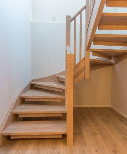 Mediniai ąžuoliniai laiptai: U forma, Balta 3408 Medžio stilius