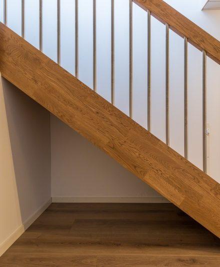 Mediniai ąžuoliniai laiptai: I forma, spalva Ąžuolas 3458. Medžio stilius