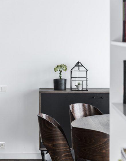 Medinės ąžuolinės grindys: Graphite 3477. Medinės durys: modelis D2F, dažytos RAL-9003.