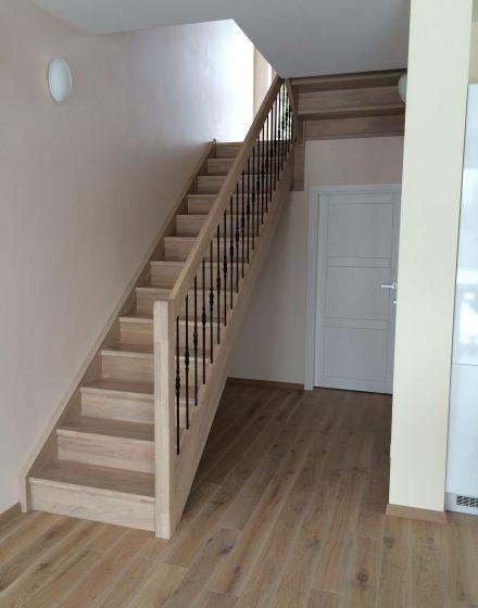 Mediniai laiptai iš ąžuolo masyvo: U forma, spalva Balta 3408.