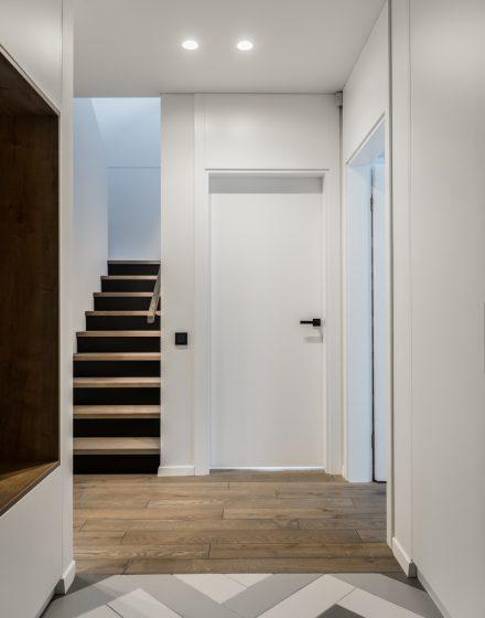 """Interjeras: """"DizMedinės grindys ąžuolinės 3477 pilka Graphite Medžio stiliusaino virtuvė"""", Gabija Pažarskytė"""