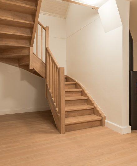 Mediniai ąžuoliniai laiptai: U forma, spalva Kriaušė 3418. Medžio stilius