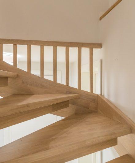 Mediniai laiptai C forma Bespalvė alyva 3305 Medžio stilius