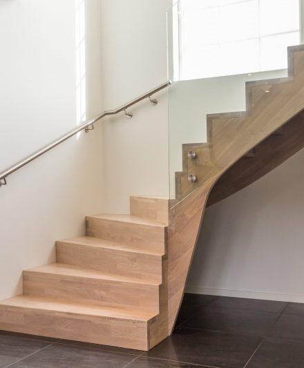 Mediniai ąžuoliniai laiptai: L forma, Balta 3408 Medžio stilius