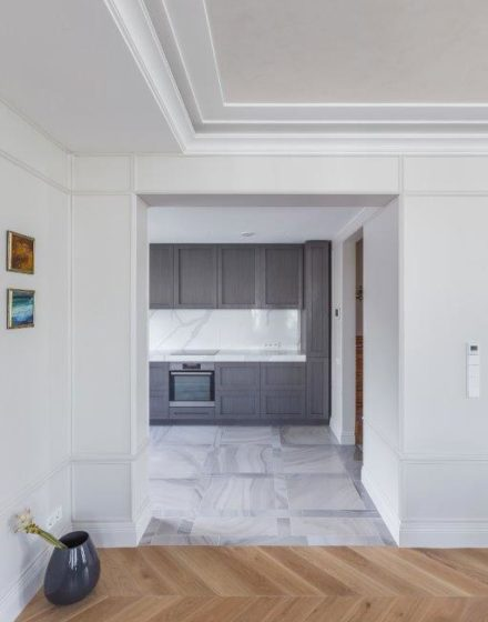 3409 skaidriai balta medines grindys 45 eglute Medzio stilius
