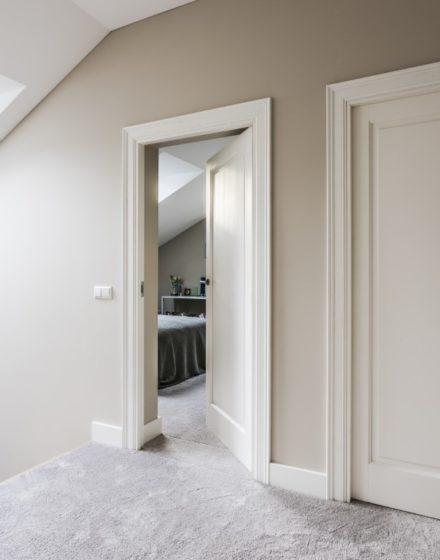 medines klasikines dazytos baltos durys EKD1FR-10_20 RAL9003 medzio stilius