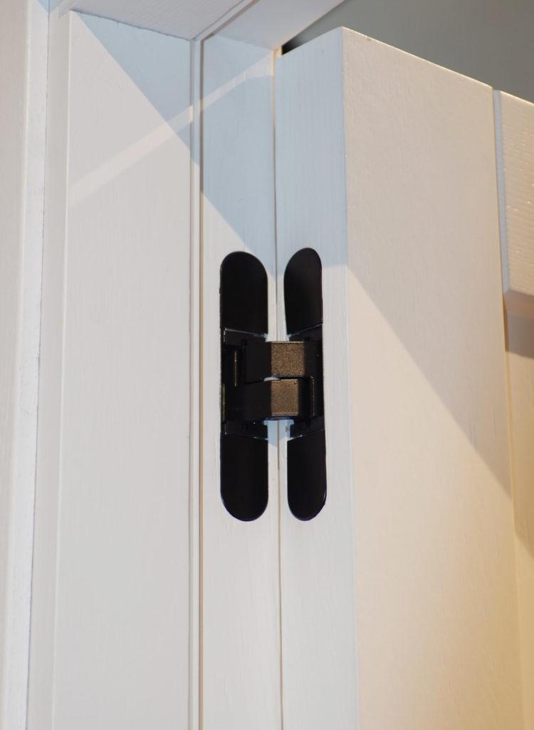baltos dažytos medines durys juoda rankena D1F D1S RAL9003 Medzio stilius