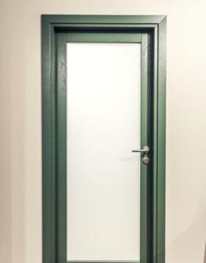 Medinės masyvo durys: modeliai D1F ir D1S, spalva S7010-G10Y. Grindys: 3481 Riešutas.