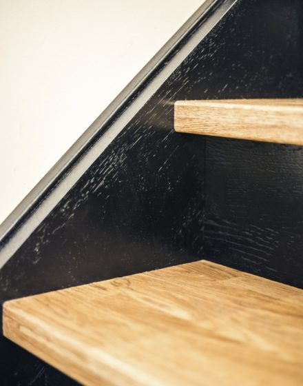 Mediniai ąžuolo masyvo laiptai,  durys ir grindys: spalvos 3481 Riešutas ir RAL 9005.