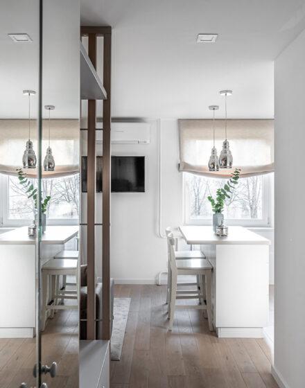 Medinės ąžuolinės grindys:  N-3408 Nordic. Baltai dažytos ąuolinės durys: KD3F, spalva RAL-9003.